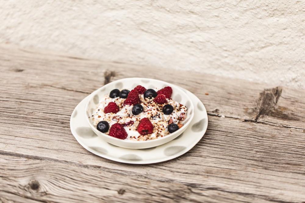 Frühstück auf der Holzbank