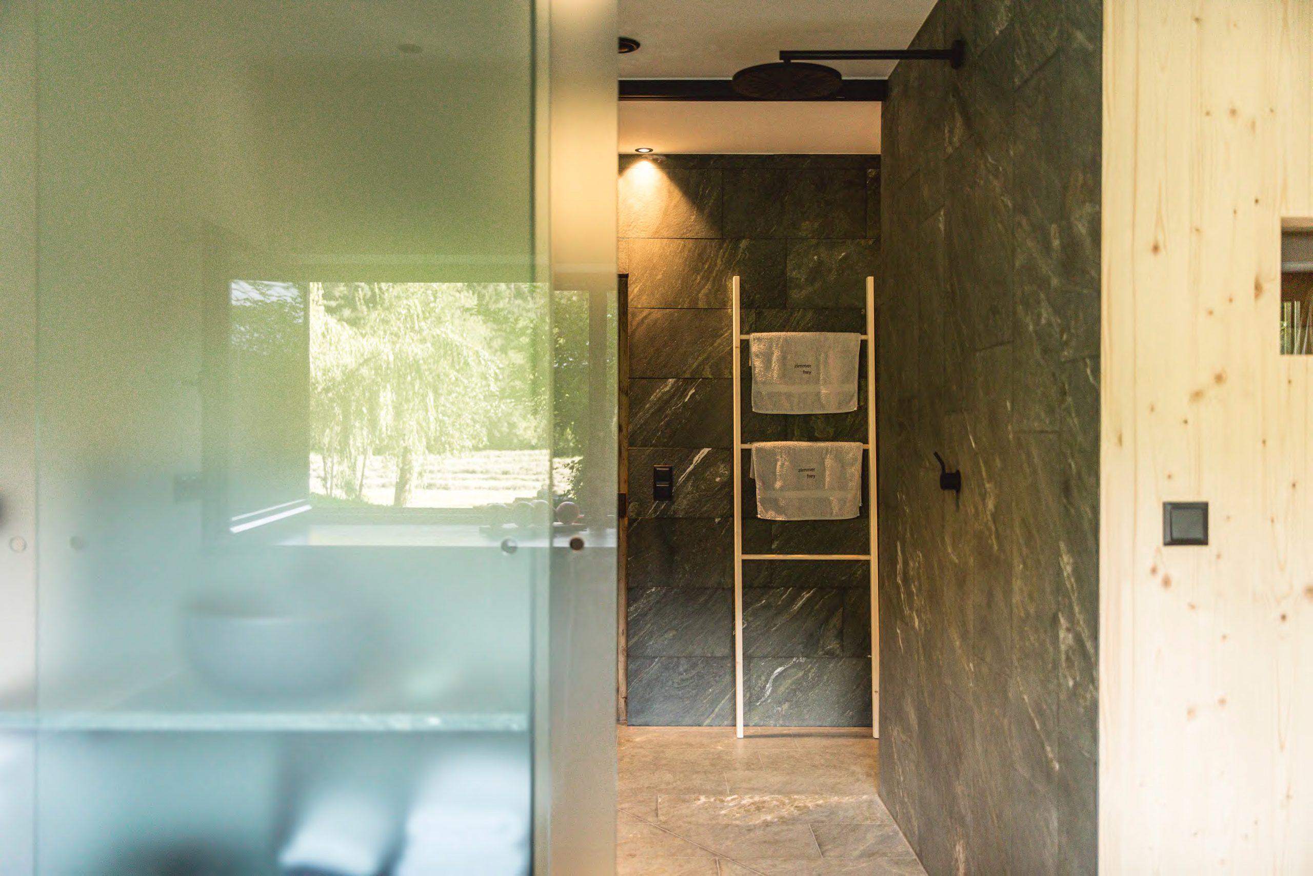 Blick ins Badezimmer mit Sauna