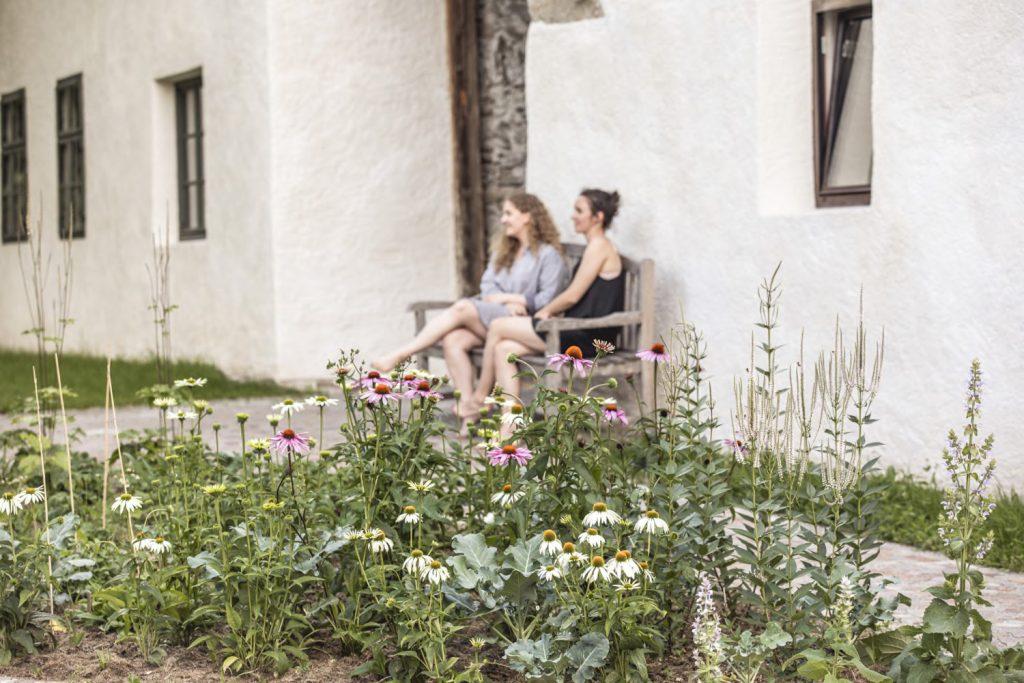 Sitzbank vorm Bauernhaus