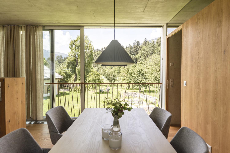 Esstisch mit Ausblick in den Ferienwohnungen in Lienz