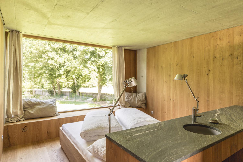 Schlafzimmer mit Ausblick ins Grüne
